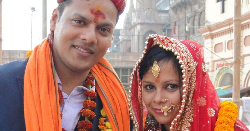 Pareja recién casada en India. Bodas en India, Varanasi.