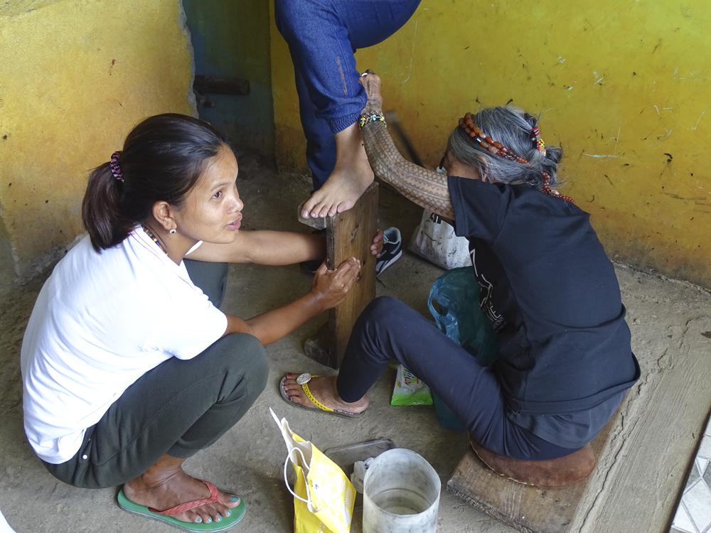 Apo Whang Od tatuando en Buscalan