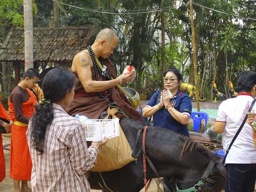 donaciones de los fieles en Chiang Rai